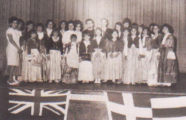 Τα κορίτσια του Σχολείου του Μπράνσγουικ στη Γιορτής της 28ης Οκτωβρίου 1963. Τα κορίτσια αυτά ήταν τα πρώτα της Ελληνικής παροικίας της Μελβούρνης στο θέατρο, στους παραδοσιακούς χορούς και στις εθνικές ενδυμασίες