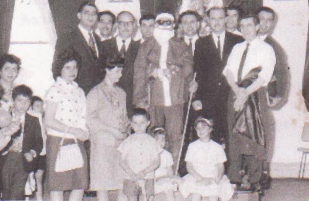 1963 Σχολική γιορτή των Χριστουγέννων. Τα κοριτσάκια που κάθονται είναι η κόρη μου η Αγγελική και η Άννα, ο γιος του Γιατράκου Γιάννης, η κ. Κολοκοτρώνη, Ευπρ. Ριγάκου και Όρθιοι από αρ. Ο Γ. Πανουτσόπουλος, με τα γυαλιά Γιάννης Ρέντζης, Αη Βασίλης άγνωστος. Αθανάσιος Βλαχονάσιος, Ηλίας Ρέντζης και Κώστας Ζήκος.