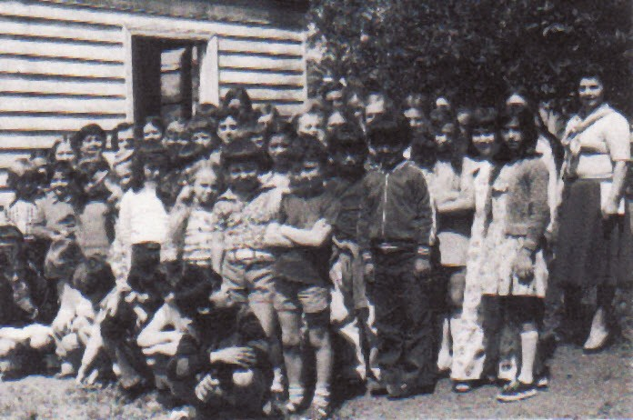 1978 δεξιά η κυρία Χριστίνα Κολοκοτρώνη στην αυλή του σχολείου της κοινότητας