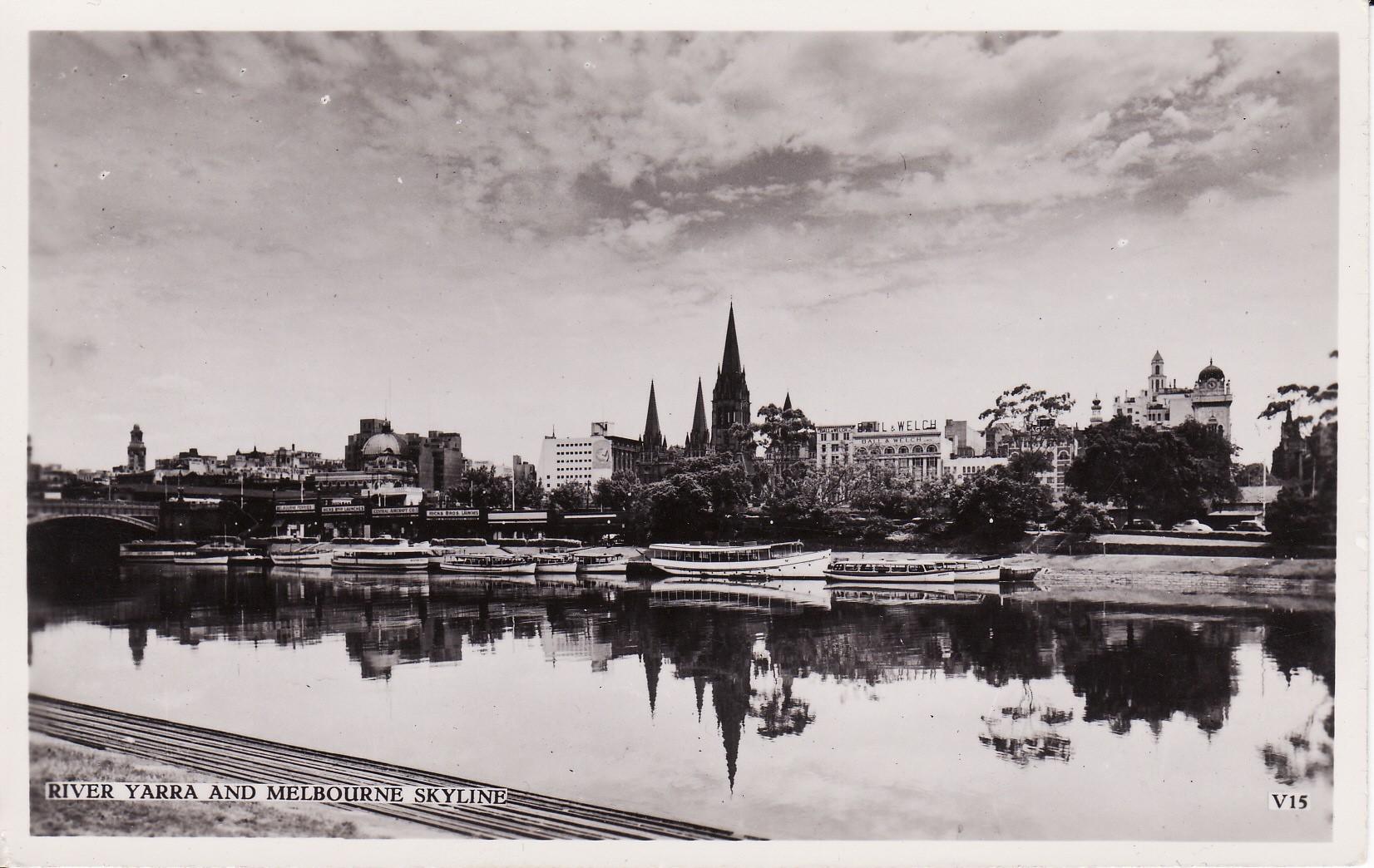 Η Μελβούρνη του 1954 Από τον ποταμό Γιάρρα διακρίνεται ο σιδηροδρομικός σταθμός  Φλίντερς και ο καθεδρικός ναός που ήταν το υψηλότερο τότε κτίριο μέσα στη πόλη.