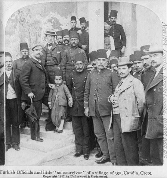 Ένα παιδί που διασώθηκε από την καταστροφή ολόκληρου του χωριού του και που το κρατούν ανάμεσά τους σαν λάφυρο οι Οθωμανοί...