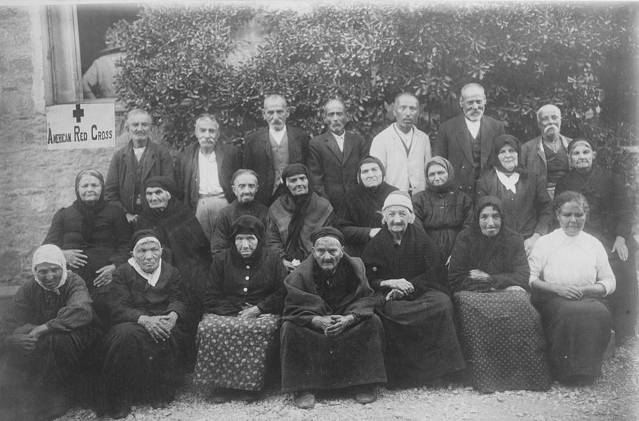 Ηλικιωμένοι που έχασαν τις οικογένειές τους στην απόπειρα να ξεφύγουν από τη Σμύρνη το 1922. Τους περισυνέλεξε ο Αμερ. Ερυθρός Σταυρός. Για αρκετούς βρέθηκαν με τις οικογένειές τους, οι υπόλοιποι δεν είχαν στον ήλιο μοίρα (φωτο Library of Congress 3c39255v)