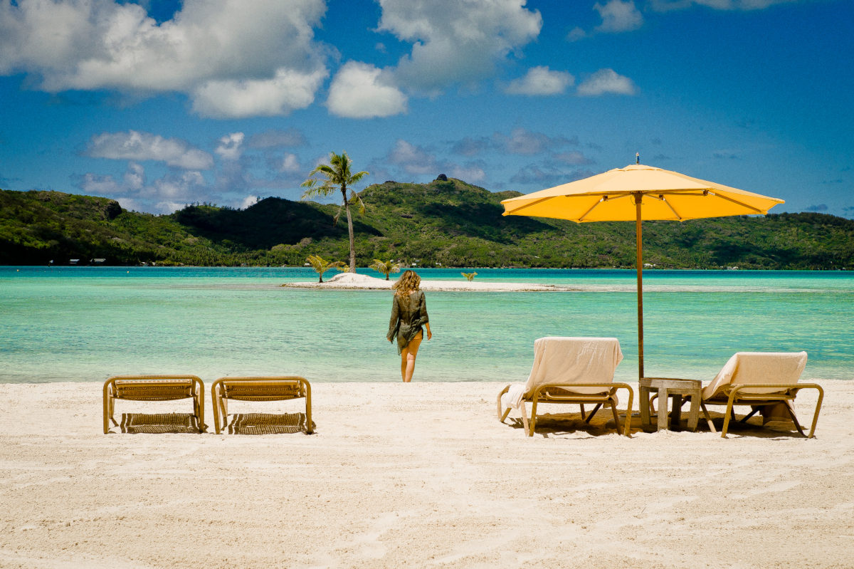 Polinésia Francesa _ Woman Stand by Bora Bora