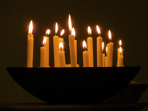 Picture of a bowl of lit candles.