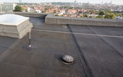 How does a flat roof drain?