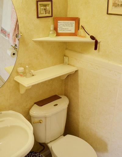 Essex Bathroom | Little English Guesthouse B&B, Tallahassee, FL