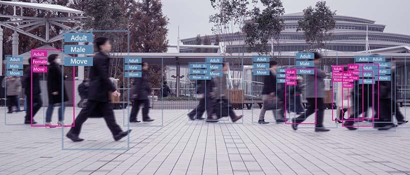 Pessoas adultas circulando em uma via publica sendo detectadas por uma inteligência artificial