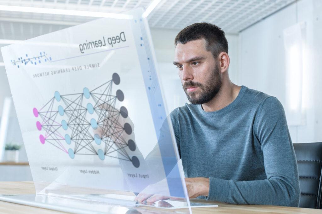 Deep Learning: imagem mostra homem planejando estratégias com display transparente de computador