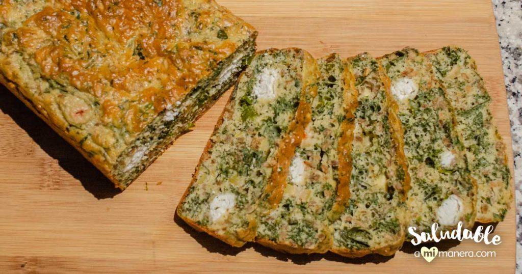 Pan de kale y moringa con queso de cabra