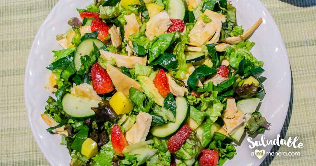 Ensalada con pollo a la plancha y fruta