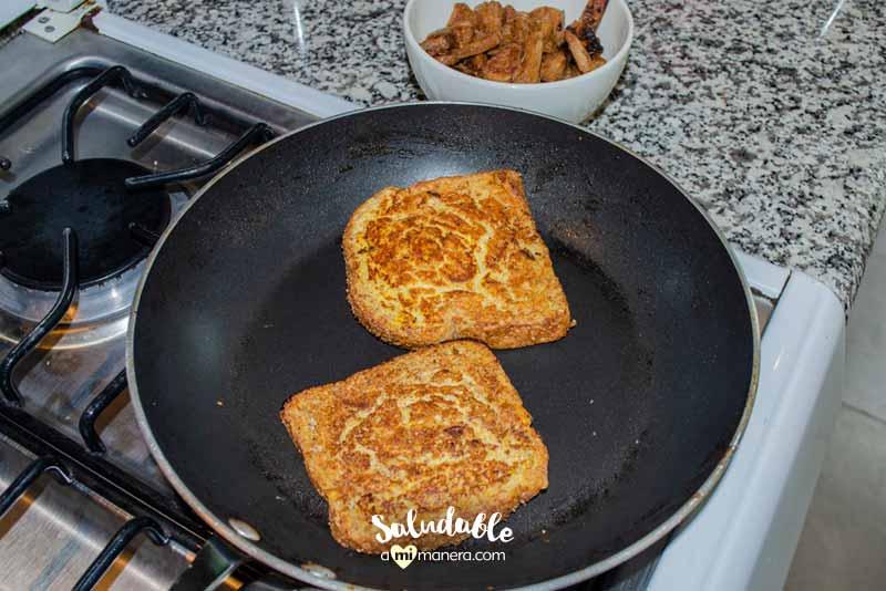 Pan tostado francés con piña asada y canela
