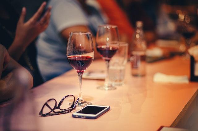 wine-glasses-on-table-696217 (1)
