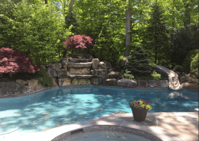 Pool w water feature