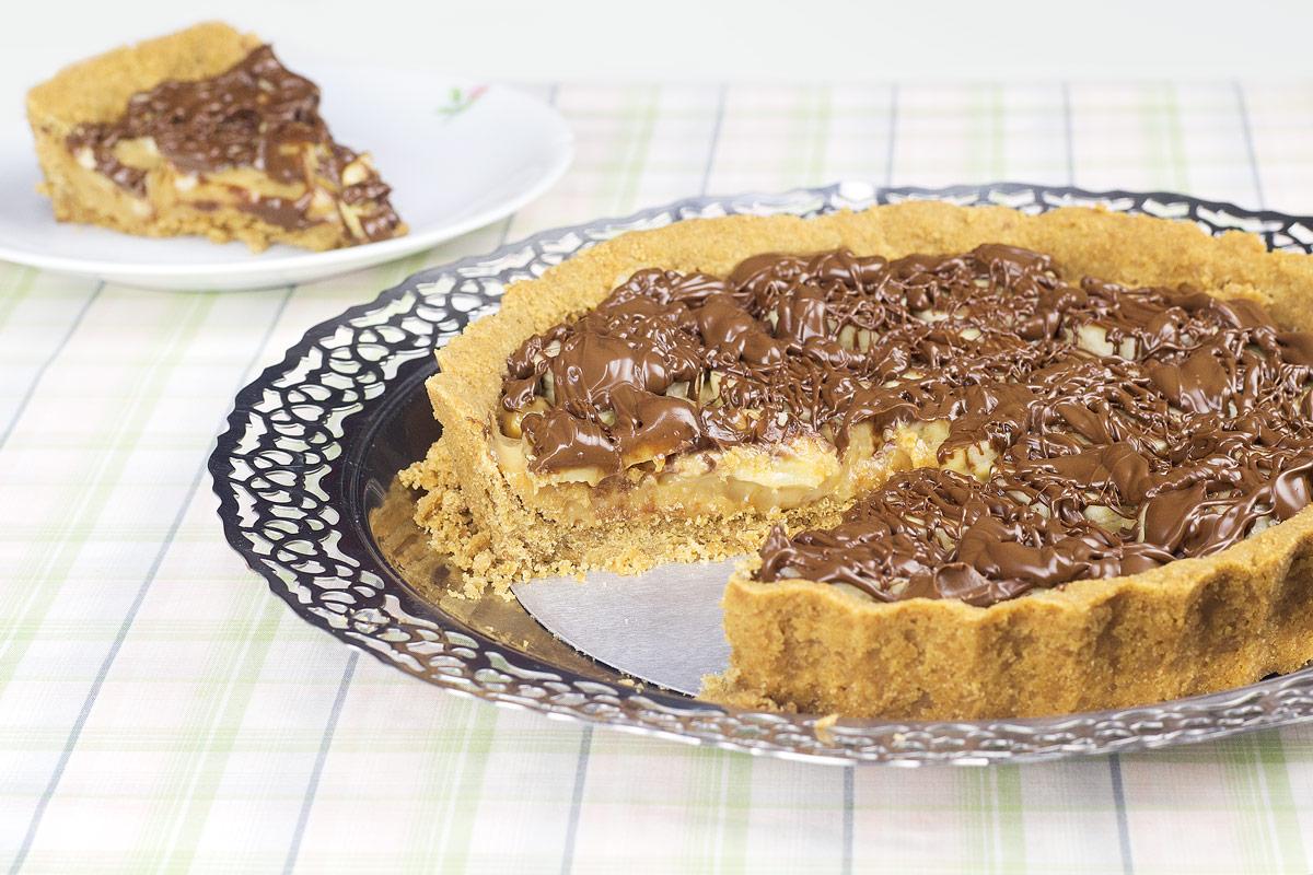 Torta de banana com doce de leite e chocolate