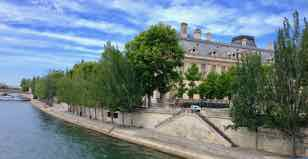 Le Louvre est à côté de la Seine