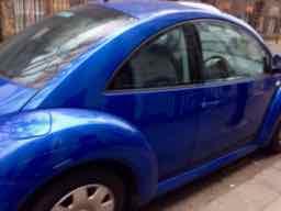 la voiture est bleue