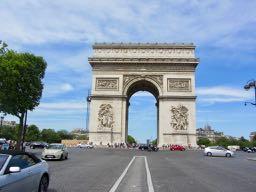 il y a un rond-point autour de l'Arc de Triomphe
