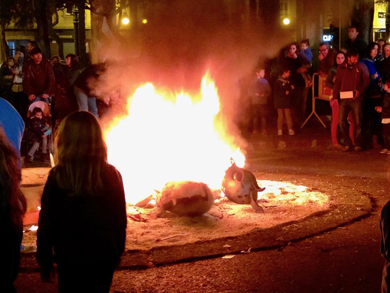 queman las fallas por la noche