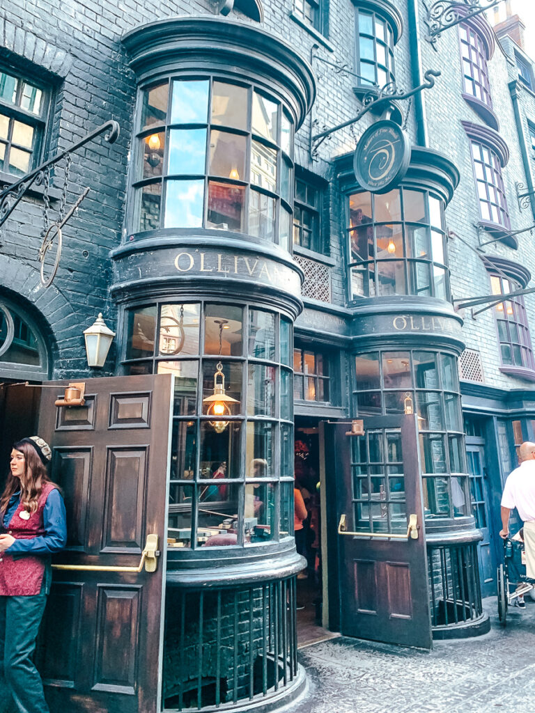 30A Mama Travels - Wizarding World of Harry Potter - Ollivander's
