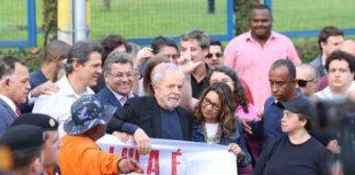 Lula da Silva saluda a sus seguidores