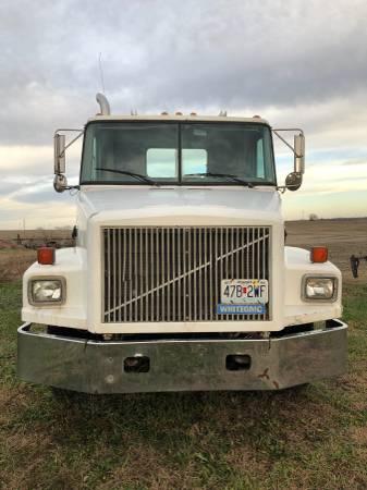 95 GMC white semi. Low miles (Clarksdale) $12500