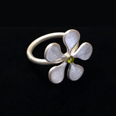 flower-ring-peridot-cabochon