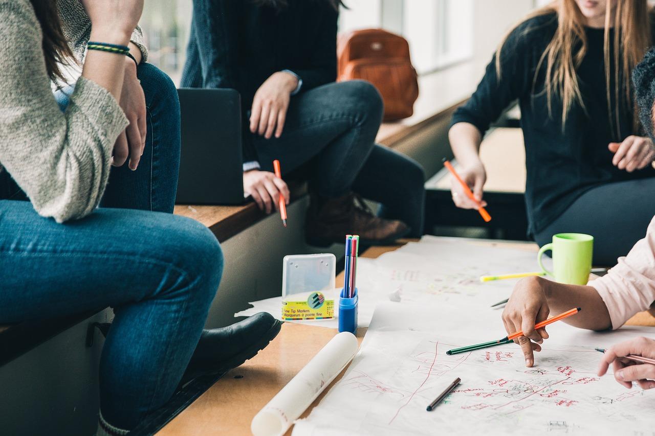 Jóvenes, mesa de estudio, discusión