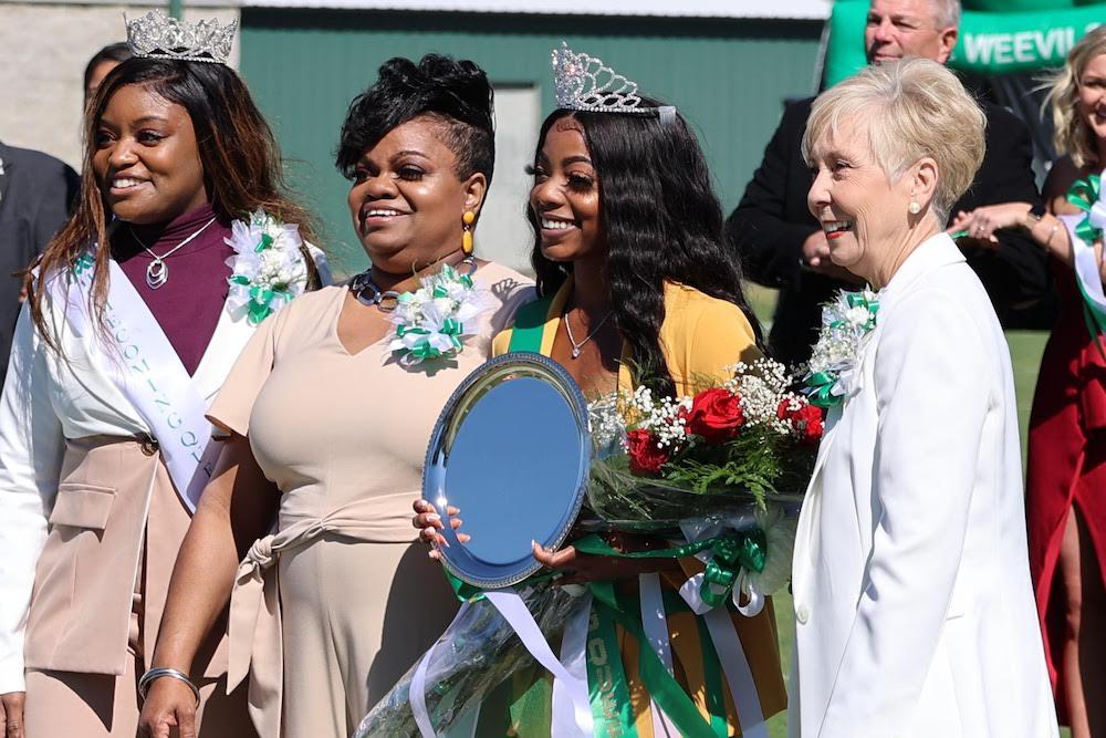 UAM crowns strolling queen