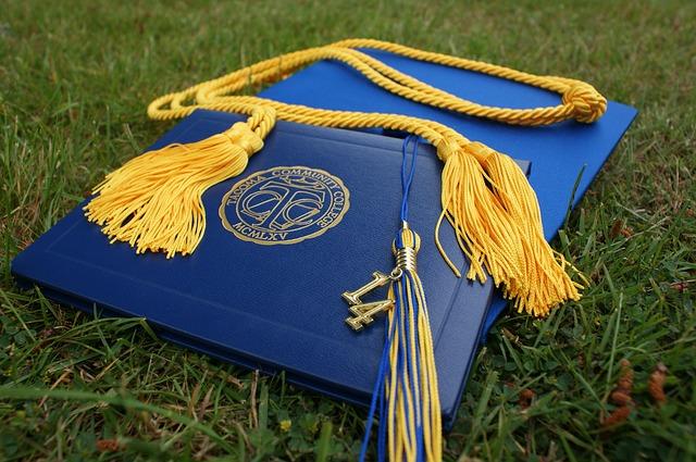 graduation-907565_640