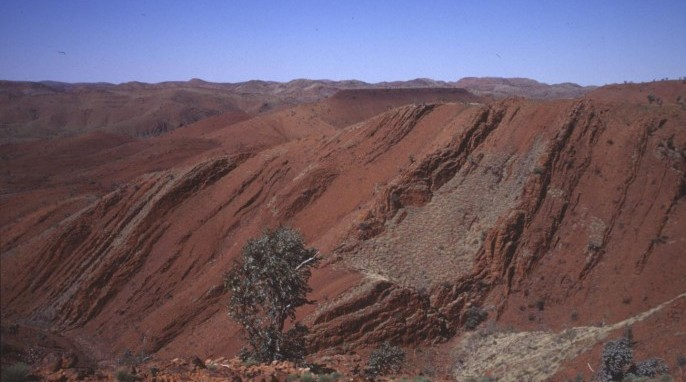 Signs of life on Earth: The oldest rock samples, from 3.2 billion years ago, were collected at this site in the desert in northwestern Australia. (R. Buick / University of Washington)