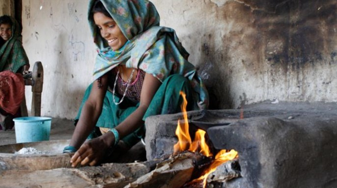 A woman in the village of Karech, in rural India, prepares a meal on a traditional three-stone hearth. Courtesy of H.S. Udaykumar and University of Iowa