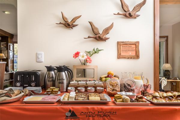 Hotel Bariloche AntuKuyen Desayuno Casero pan y dulces