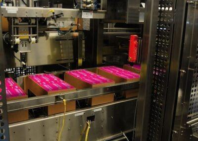 Formation de la caisse en carton JACKETPACK™ autour des produits