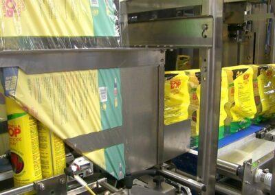 Produits emballés sous film à fermeture totale dans une fardeleuse à conformateur