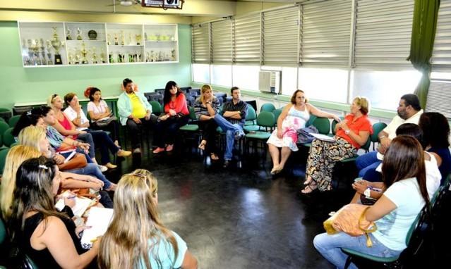 Secretária Laura Maria e equipe discutem como será a Ação Social em Cordeirinho no dia 22/06. (Foto: Fernando Silva)