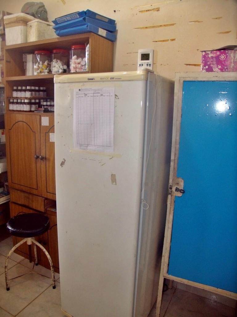 Geladeira para a conservação de medicamentos e vacinas apresenta defeitos. (Foto: Maxuel Moura | Maricá Info)