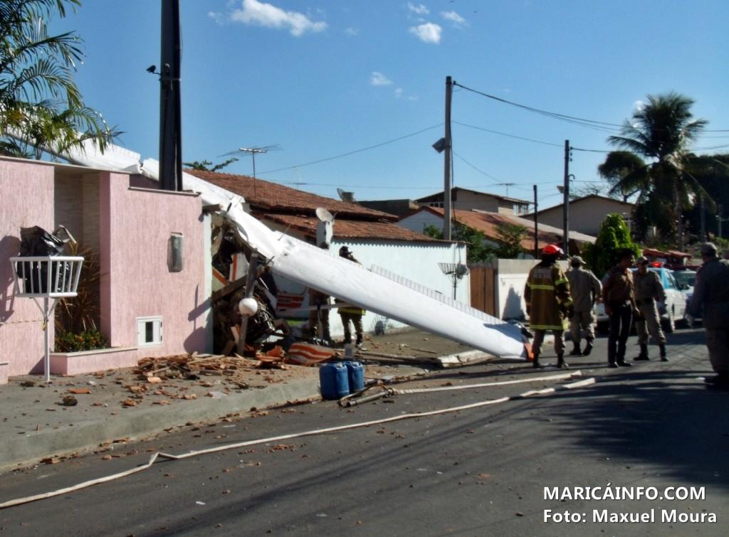 Avião colidiu com o muro de uma residência no Centro de Maricá. (Foto: Maxuel Moura   MaricáInfo.com)