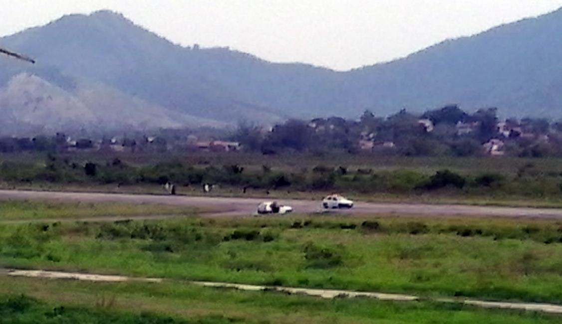 Foto flagra o momento em que carros da Guarda Municipal ocupam a pista do aeródromo municipal de Maricá. (Foto: Internauta   Maricá Info)