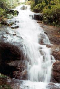 Cachoeira do Pico da Lagoinha tem mais de sete metros de queda d'água e fica em local de difícil acesso.