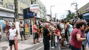 Protesto realizado no Centro de Maricá reuniu mais de 50 pessoas. (foto: Lucas Marins)