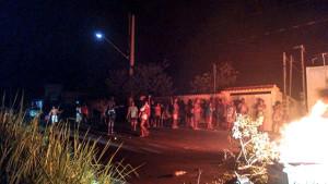 Moradores protestaram contra a falta de energia elétrica fechando estradas e rodovias em Maricá. (foto: Renan Mendonça / Whatsapp Maricá Info)