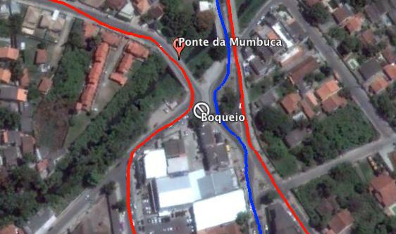 Um bloqueio foi feito com cones na Avenida Vereador Francisco Sabino da Costa, impedindo nesses horários o retorno ao Centro ou acesso à Rodovia Amaral Peixoto (RJ-106). (Em vermelho as opções de saída para a RJ-106.
