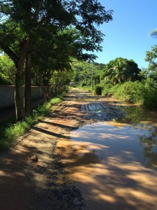 Moradores vivem no meio da lama em Inoã.