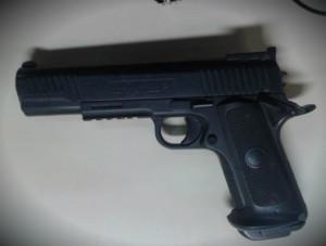 Simulacro de pistola utilizado na ação foi apreendido pela PM. (foto: Mauro Luis / Maricá Info)