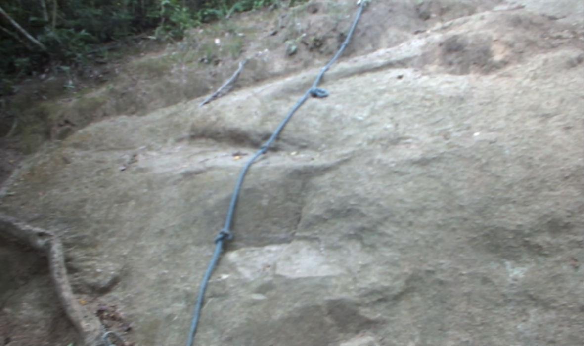 Nesta parte, utilize a corda ou passe pelos cantos para subir a trilha. (foto: Maricá Info)