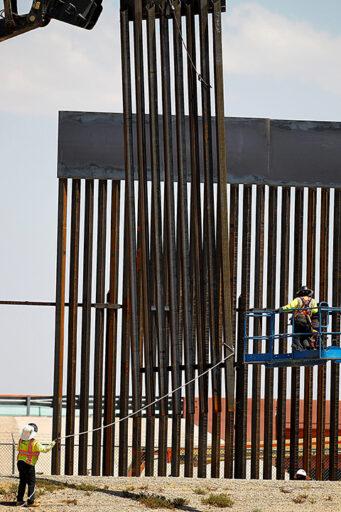 Continua el remplazo del muro fronterizo