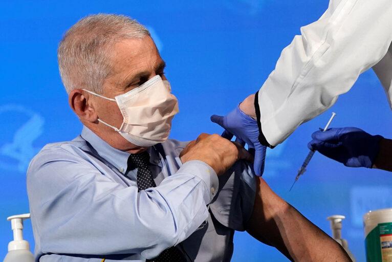 Denuncian retrasos en la vacunación por covid