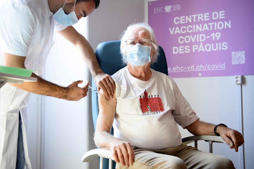 Estudian vacunar a mayores de 65 años
