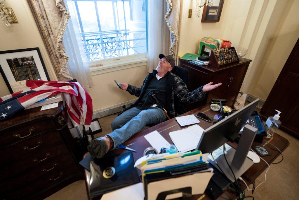 Seguidor de Trump profanó oficina