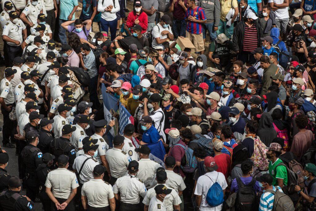 Guatemala bloquea caravana de hondureños